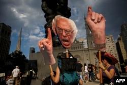 Сторонники Берни Сандерса после утечки на Wikileaks протестуют перед зданием, где проходит Национальный съезд демократов. Филадельфия, 27 июля