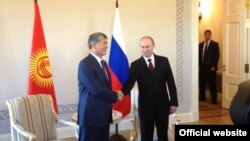 Президент Кыргызстана Алмазбек Атамбаев (слева) и президент России Владимир Путин (справа). Санкт-Петербург, 16 марта 2015 года.