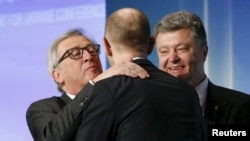 Зьлева направа: Жан-Клёд Юнкер, Арсень Яцанюк і Пятро Парашэнка.