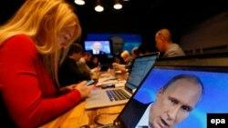 Ресей журналистері ел президенті Владимир Путиннің сөзін тыңдап отыр. Мәскеу, 17 сәуір 2014 жыл.