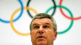 Халықаралық олимпиада комитеті президенті Томас Бах 2022 жылғы қысқы олимпиаданы өткізуден үміткер қалаларды хабарлап тұр. Швейцария, 7 шілде 2014 жыл.