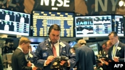 Трейдеры на Нью-Йоркской фондовой бирже. США, 21 июня 2013 года. Иллюстративное фото.