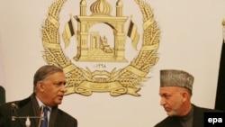 حامد کرزای(راست) و شوکت عزیز(چپ) نخست وزیر پاکستان، در ماه های گذشته بر سر دخالت طالبان، با هم مجادله لفظی داشته اند.