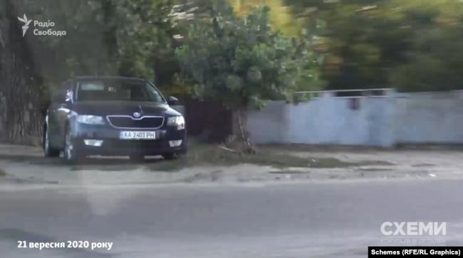 У день, коли Рінат Ахметов відзначав свій день народження, журналісти зафіксували перше авто охорони олігарха за 20 кілометрів від його маєтку