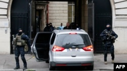 Париж полицейлері Салах Абдесламды конвоймен алып барады. Франция, 20 мамыр 2016 жыл.