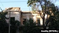 Акмәчетнең Карл Маркс урамында, кырымтатар мәдәният үзәге төзеләсе урындагы җимерек йорт