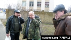 Ігар Казьмярчак, Мікалай Петрушэнка, Васіль Леўчанкаў за плотам вакол суду паведамляюць навіны