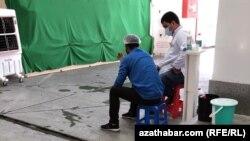 Үкіметі елде коронавирус барын мойындамайтын Түркіменстан астанасында бетіне маска тағып отырған адамдар. Ашғабат, 2020 жылғы тамыз айы. Көрнекі сурет.