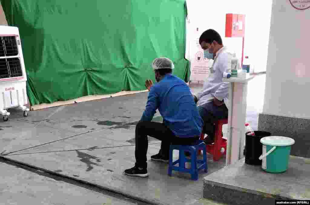 Пункт санитарного контроля на рынке. На фоне глобальной пандемии COVID-19 в Туркменистане в общественный местах осуществляется замер температуры и обработка рук посетителей. Официально в стране не зарегистрировано ни одного случая коронавируса. Ашхабад, Август, 2020.