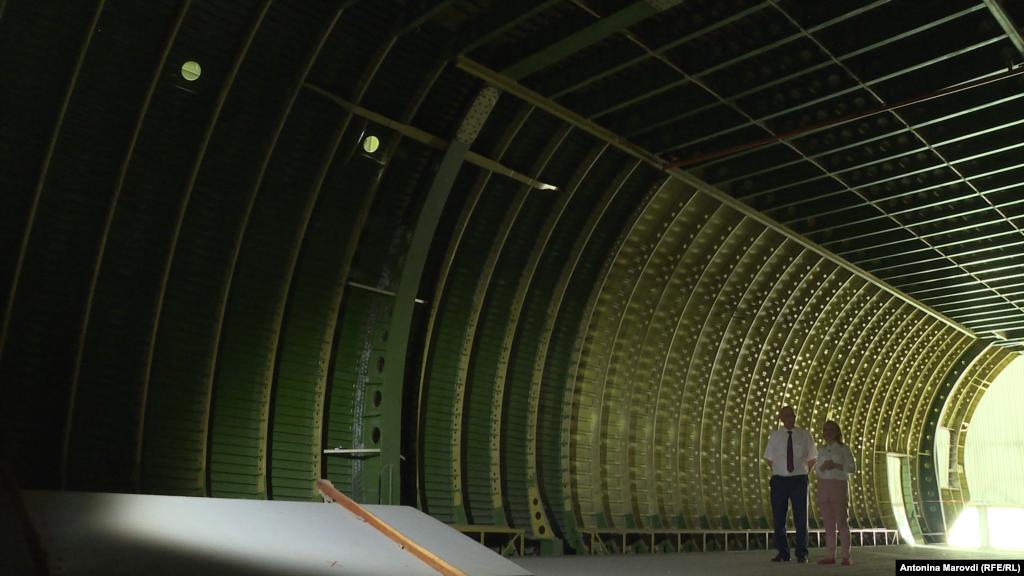 Тут добре видно унікальні монолітні елементи, завдяки яким цей літак може піднімати у небо і витримувати сотні тонн навантаження