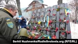 Құрбан болғандарға тағзым етіп тұрған адам. Киев, 18 ақпан 2017 жыл.