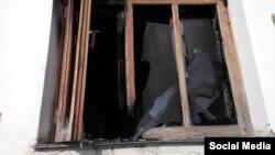 Окно мечети в селе Солнечная Долина после поджога.