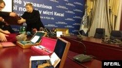 Вадим Троян демонструє вилучені коштовності на прес-конференції. Київ, 8 грудня 2016 року