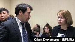 Репортер «Настоящего Времени» Светлана Глушкова и ее адвокат Бауыржан Азанов в день начала суда. 1 апреля 2019 года.