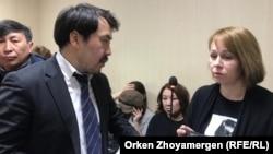 Журналістка Світлана Глушкова з адвокатом Бауиржаном Азановим у суді, Нур-Султан, Казахстан, 1 квітня 2019 року