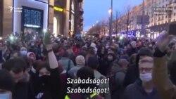 """""""Félünk, de azért tüntetünk"""" - ezrek állnak ki Navalnijért"""