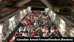 Снимка от 23 август 2021 г. Стотици бежанци са на борда на канадски военен самолет, който ги евакуира от Афганистан.