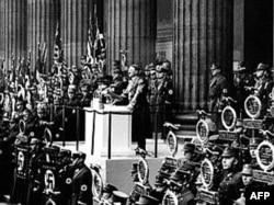 Гитлер выступает на нацистском съезде. По мнению многих историков, Версаль сыграл большую роль во взлете НСДАП