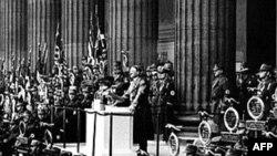 Адольф Һитлер 1938 елда үзенең тарафдарлары алдында чыгыш ясый