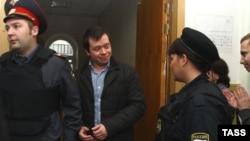 Константина Лебедева выводят из Басманного суда, 18 октября 2012