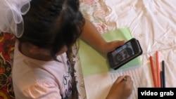 Tacik uşaqların əksəriyyəti Rusiyada miqrant əməyi ilə məşğul olan atalarını yalnız telefonda görür