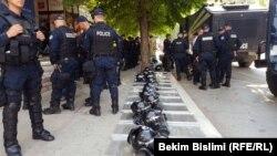 Ոստիկանները Կոսովոյի փողոցներից մեկում, արխիվ