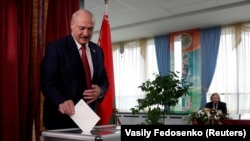 Беларус президенти А.Лукашенко ўтган йилги парламент сайловида овоз бермоқда, Минск, 2019 йил 17 ноябри.