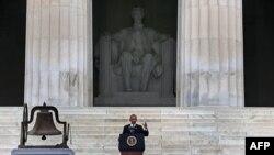 Президент Обама произносит речь на ступенях Мемориала Авраама Линкольна
