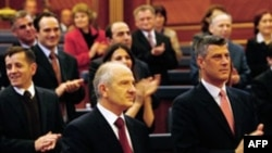 Predsednik Kosova Fatmir Sejdiu (L) i premijer Hašim Tači (D) na sednici Parlamenta u Prištini na kojoj je usvojen Ustav, 09. april 2008.