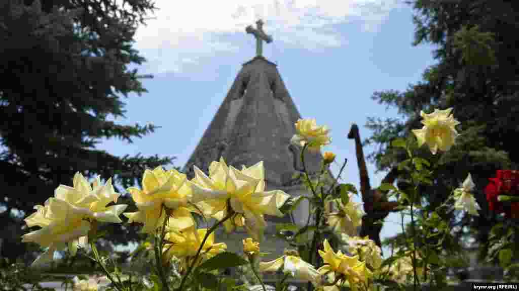 Біля церковної лавки квітнуть троянди і кактуси-опунції