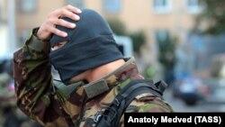Боец ФСБ России в Петербурге на спецоперации по задержанию участников незаконных вооруженных формирований. 17 августа 2016 года.