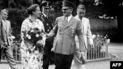 Winifred Wagner cu Hitler și cei doi băieți ai ei, Wolfgang și Wieland, Bayreuth, 1937