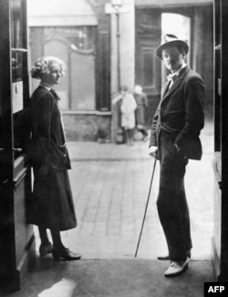 جویس در کنار سیلویا بیچ، ناشر و کتابفروش آمریکا که کتابفروشیاش در پاریس از نخستین عرضهکنندگان کتاب یولسیز بود