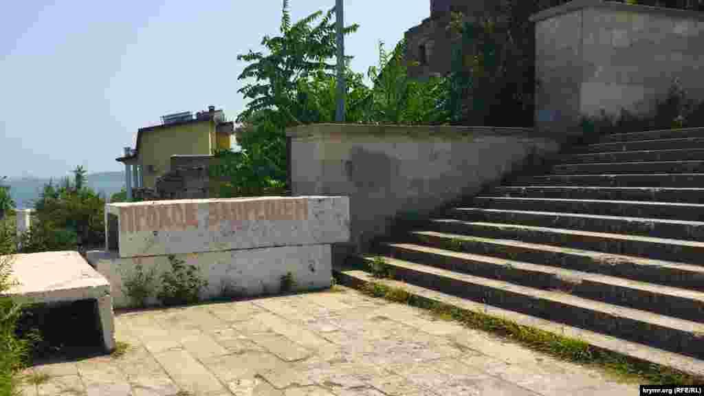 Один із прольотів Мітрідатських сходів обвалився рік тому. Відтоді пам'ятка архітектури і один із символів міста перебуває в аварійному стані.