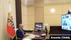 Рускиот претседател Владимир Путин во неговиот кабинет