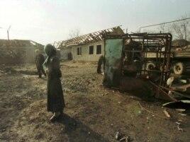 Чеченская деревня вблизи Грозного, уничтоженная при авианалете. Декабрь 1999 года