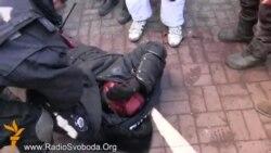 Украинада протестчылар милиционерларны кулга алды