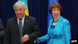 Министр иностранных дел Казахстана Ерлан Идрисов и координатор по внешней политике Европейского союза Кэтрин Эштон. Бишкек, 27 ноября 2012 года.
