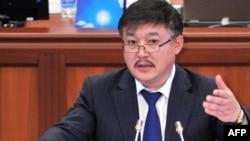 Ахматбек Келдибеков парламентте сөз сүйлөөдө, 2010-жылдын 17-декабры.