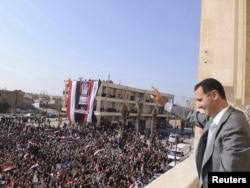 Predsjednik Sirije Bašhar al-Asad maše okupljenim građanima, 06. novembar 2011.