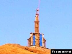 Звезда Огузхана, обрамляющая телебашню во время строительства