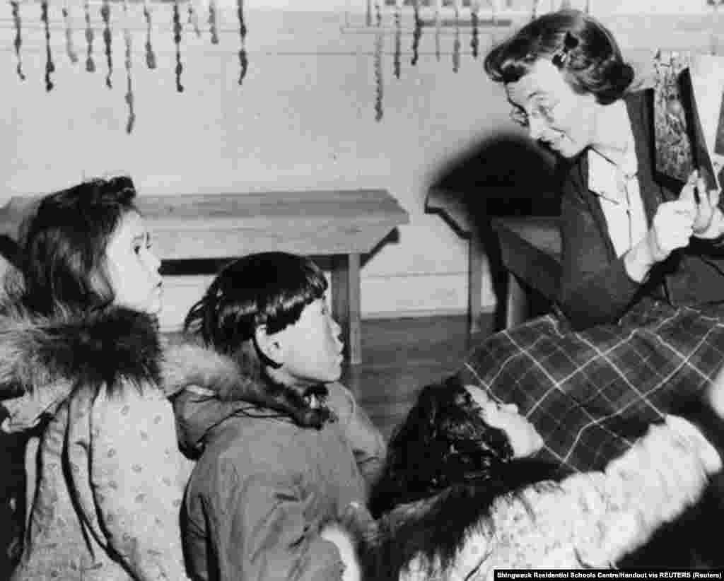 Egy aklaviki iskolában olvas fel a tanár a diákoknak körülbelül 1950-ben