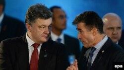 Украина президенті Петр Порошенко (сол жақта) НАТО саммитінде. Уэльс, 4 қыркүйек 2014 жыл.