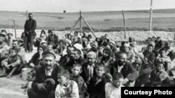 Grup de prizonieri romi, în lagărul nazist de concentrare de la Belzec, 1940