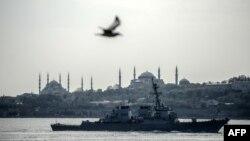 Turkey -- US warship, USS Donald Cook, sails through the Bosporus in Istanbul, April 10, 2014