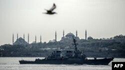 """Эсминец ВМС США """"Дональд Кук"""" при переходе через Босфор"""