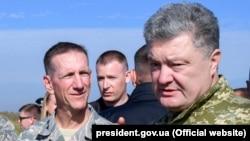 Петр Порошенко встретился с замкомандующего силами кибернетического командования ВС США Винсентом Стюартом
