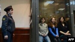 Учасниці панк-гурту Pussy Riot у залі суду в Москві, 10 жовтня 2012