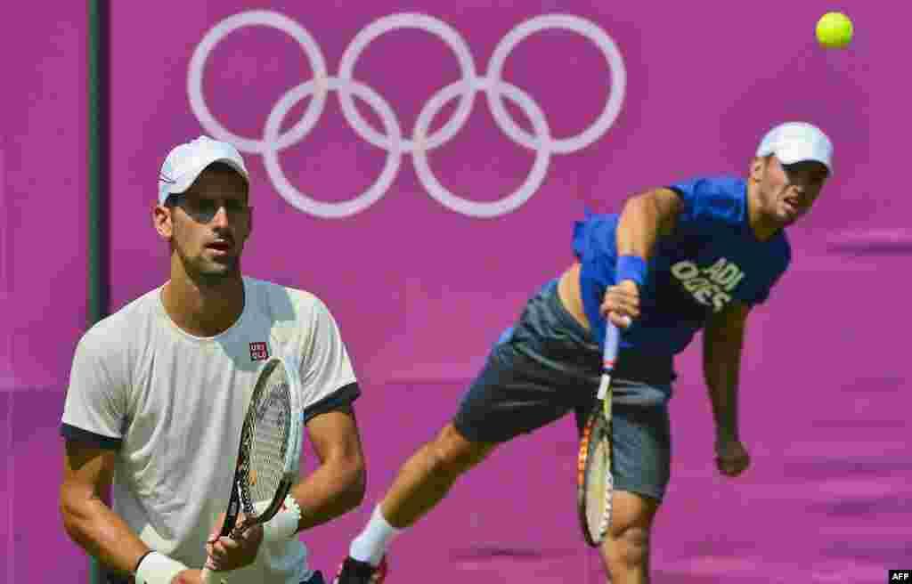 Srbijanski tenisači, Novak Đoković i Janko Tispsarević na treningu uoči početka igara, London, 26. juli 2012. Foto: AFP / Luis Acosta