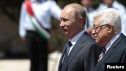 Володимир Путін (л) і Махмуд Аббас під час вітальної церемонії в Вифлеємі 26 червня 2012 року
